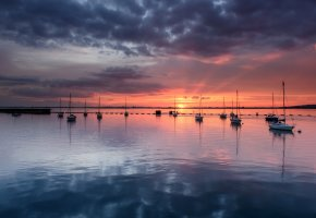 Обои залив, штиль, яхты, вечер, оранжевый, закат, горизонт, отражение