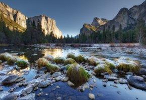 Обои горы, река, зима, снег, трава