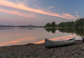 Обои озеро, лес, пляж, лодка, рассвет