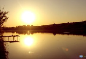 Обои озеро, круги, солнце, закат, пейзаж, деревья