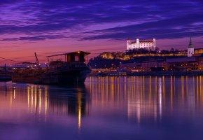 Обои Словакия, Братислава, столица, ночь, архитектура, подсветка, огни, река, небо, облака, отражение
