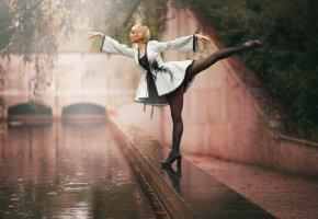 Обои балерина, гимнастка, стойка, дождь, природа, ножки