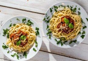 Обои лапша, макароны, тарелки, мясо, деревянный стол, блюдо