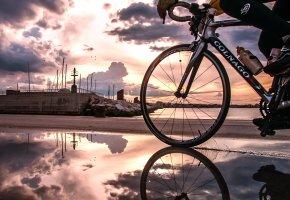 Обои colnago, велосипед, велоспорт, дорога, трасса, лужа, вода, отражение, река