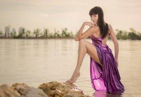 Обои взгляд, платье, шатенка, ножка, вода