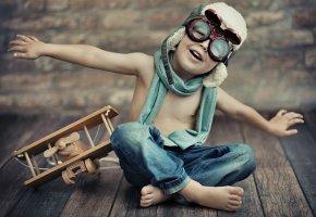 Обои самолет, очки, настроение, джинсы, игрушка, шлем, мальчик, аэроплан