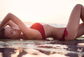 Обои модель, фото, нижнее бельё, берег, вода, пляж, лежит