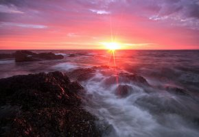 Обои море, камни, солнце, лучи, облака, утро