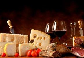 Обои сыр, помидоры, колбаса, хлеб, мясо, бокалы, вино, красное