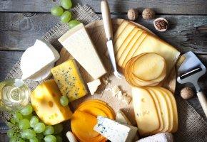 Обои стол, сыр, виноград, бокал, вино, белое, грецкие орехи, ломтики