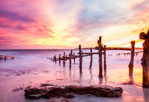 Обои море, берег, песок, пирс, бревна, закат, небо, облака, цвет