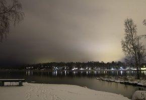 Обои зима, снег, следы, река, вечер, небо, лавочка, деревья, огни, фонари