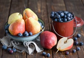 Обои груши, тарелка, черника, фрукты, ягоды, посуда, натюрморт
