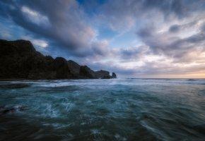 Обои океан, небо, волны, скала, ветер