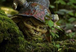 Обои Зеленый гном, шлем, рога, маскировка, клыки