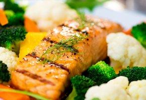 Обои запеченный лосось, брокколи, морковь, зелень