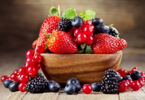 Обои тарелка, стол, клубника, черника, ежевика, ягоды, смородина