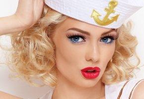Обои девушка, блондинка, лицо, взгляд, макияж, ресницы, тени, губы, кудри, руки