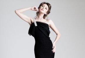 Обои девушка, черное платье, прическа, взгляд, руки, фон
