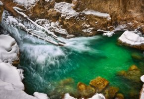Обои источник, вода, зима, сосульки, снег, камни, красота