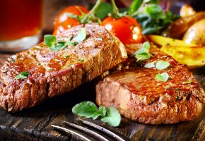 Обои бифштексы, помидоры, вилка, мясо, зелень