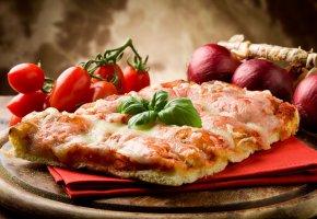Обои помидоры, бекон, Пицца, блюдо, лук, сыр, салфетка, овощи
