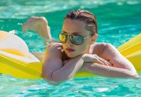 Обои девушка, бассейн, модель, вода, очки