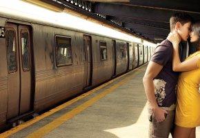 Обои Парень, Девушка, Поцелуй, Любовь, метро, поезд