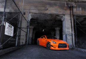 Обои nissan, gt-r, r35, orange, ниссан, оранжевый, вид спереди, здание, ворота