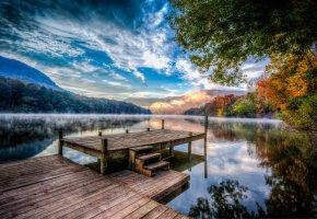 Обои река, причал, туман, дымка, лес, деревья, осень, облака