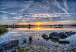 Обои озеро, камни, небо, облака, солнце