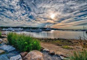 Обои небо, облака, солнце, яхты, море, камни, пейзаж