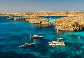 Обои корабли, яхта, море, скала, вода