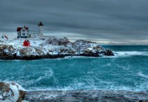 Обои зима, море, скалистый берег, камни, маяк, постройки, небо, тучи