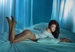 Обои брюнетка, секси, попка, позирует, постель, комната