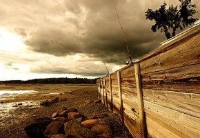 Обои рыбалка, забор, море, удочки, небо