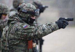Обои солдат, форма, пистолет, очки, перчатки, оружие