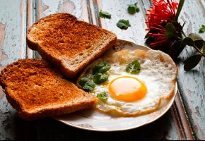 Обои яичница, зелень, хлеб, завтрак, гренки