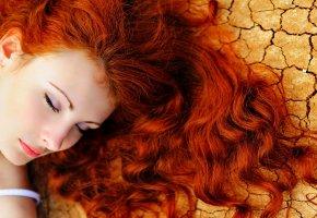 Обои девушка, лицо, рыжие волосы, кудри, локоны, взгляд