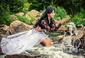 Обои река, девушка, брызги, радость, мокрая
