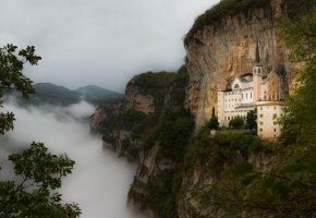 Обои замок, горы, скалы, лес, туман, пейзаж, пасмурно