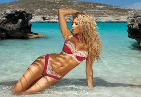 Обои adelina tomhson, блондинка, позирует, море, скалы, камни, курорт, холм