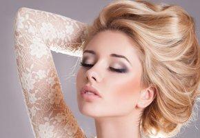 Обои блондинка, волосы, макияж, закрытые глаза, ресницы, рука