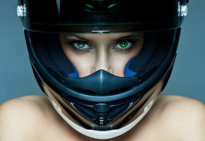 Обои зеленые глаза, ресницы, взгляд, лицо, шлем, плечи