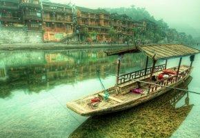 Обои город, дома, река, облака, туман, лодка, горы
