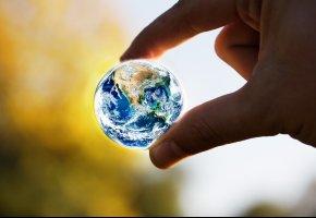 Обои земля, земной шар, рука, пальцы