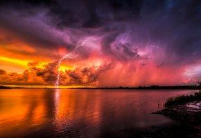 Обои молнии, закат, тучи, озеро, горизонт