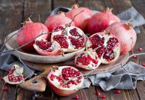 Обои гранаты, фрукты, красные, ветки, веточки, зима, тарелка, доска, салфетка