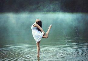 Обои брюнетка, позирует, природа, река, утро, лето, платье, туман, красиво