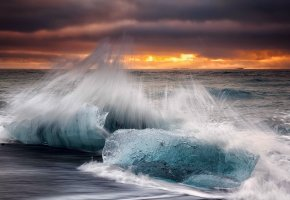 Обои Исландия, утро, пляж, лёд, волны, брызги, небо, облака, осень